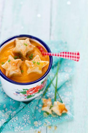 Etoiles en chute de pâte feuilletée, idéal pour égailler une soupe ! Ici elles sont fourrées à la moutarde !