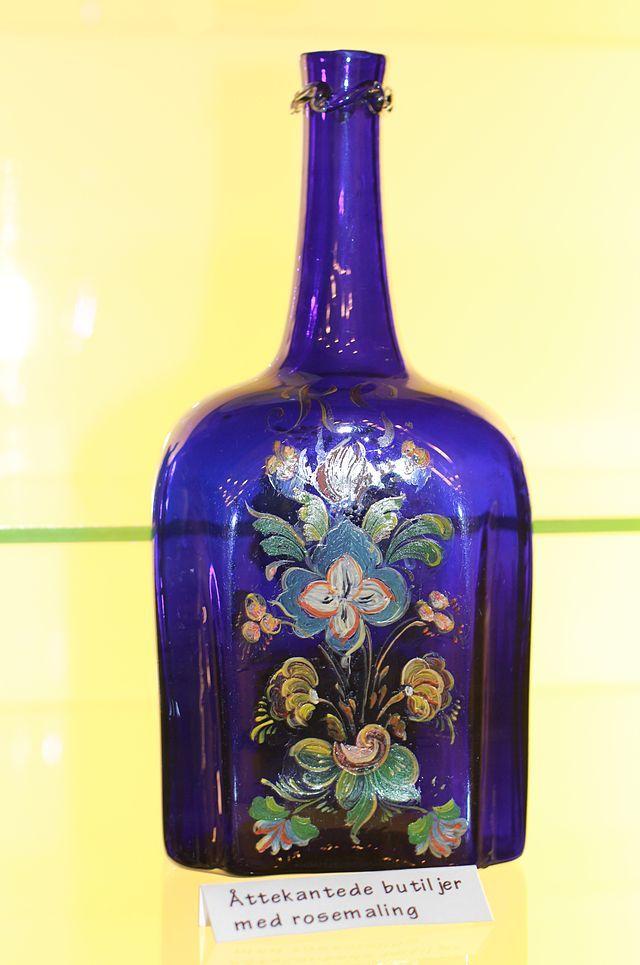 Åttekantet butiljer med rosemaling fra Gjøvik Glasværk - Gjøvik Glassverk - Wikipedia