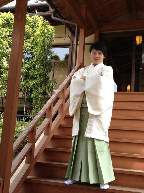 さわやかでおしゃれな色合いも人気。厳粛な雰囲気の挙式なら。結婚式に着たい新郎の袴姿。ウェディング・ブライダルの参考に。