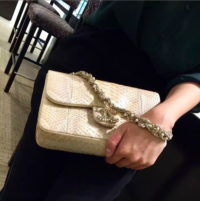 #kraveEid is about embracing the neutrals, like this @chanelofficial flapbag. So strut it like you mean it!
