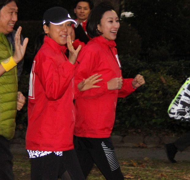ランニングイベントに登場した浅田真央と舞=11月24日、東京・日比谷公園 (620×589)  https://dot.asahi.com/photogallery/archives/2017112500007/4/
