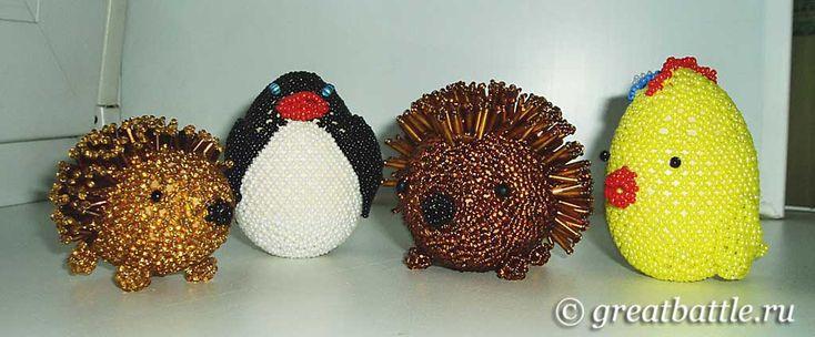 Зверюшки из бисера: цыплёнок, пингвин, ежи. Основа - деревянное яйцо.