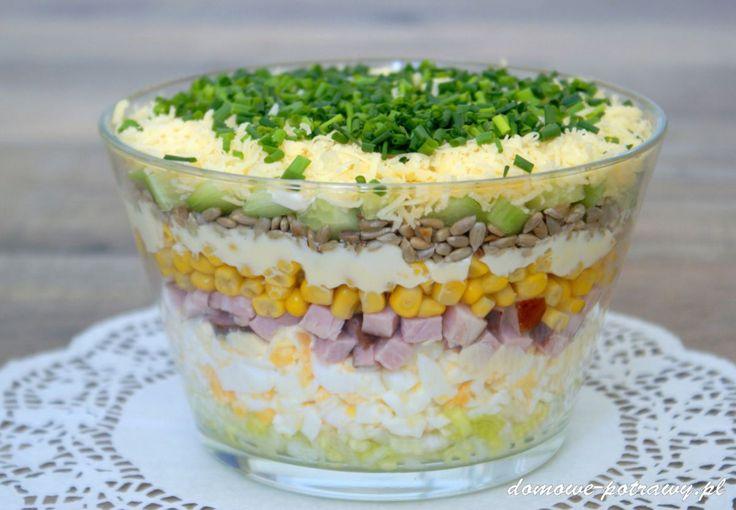 Udostępnij6 +1 Tweetnij Przypnij28 Stumble UdostępnijUdostępnień 34Sałatka warstwowa Królowa przyjęć i imprez domowych. Sałatka warstwowa ładnie prezentuje się w szklanej wysokiej salaterce, widać wówczas wszystkie jej warstwy (składniki). Do sałatki dałam jajka, wędlinę, ser żółty, por, kukurydzę, ogórek szklarniowy (można użyć również konserwowego, ewentualnie kiszonego) oraz prażony słonecznik. Świetnie bowiem podnosi walory smakowe tej potrawy ...