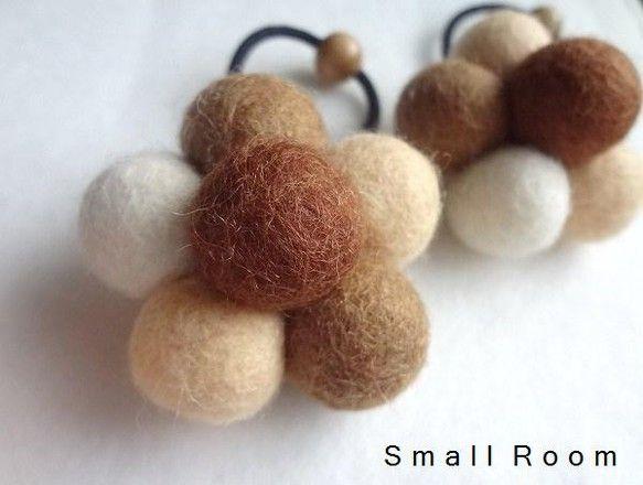 羊毛のフェルトボールで作ったヘアゴムです。ベージュ系のナチュラルカラーでまとめてみました。ほっこりワンポイントにいかがでしょうか♪2枚目画像にはA・Bとありま...|ハンドメイド、手作り、手仕事品の通販・販売・購入ならCreema。