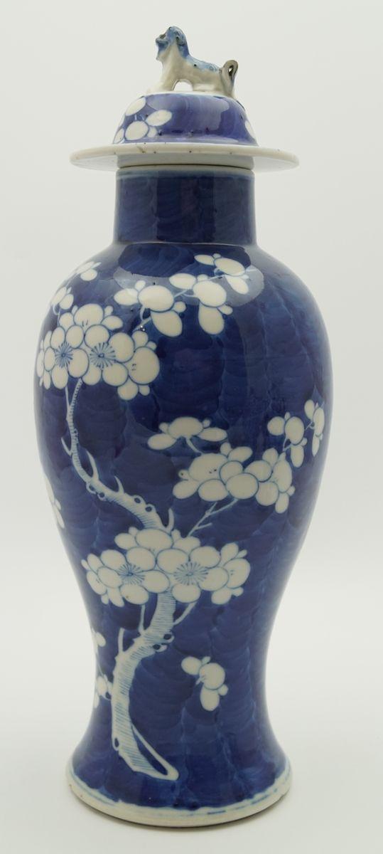 Een poederblauw porseleinen dekselvaas met decor van bloesemtakken, 4 karakter Kangxi merk, China, einde 19e eeuw