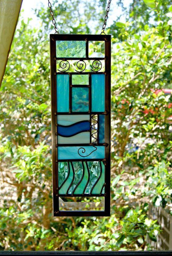 Il s'agit d'une pièce très spéciale, inspirée par la rivière San Marcos sacrée. Mesure 5 X 15, il est une représentation abstraite de la rivière qui jaillit d'une immense nappe souterraine, ici dans la belle San Marcos, au Texas. Ces sources ont nourri la civilisation humaine depuis plus de 13 000 ans.  Cette pièce utilise construction plomb et inclut une variété de beau bleu et aqua art du verre. Parce que cette pièce est faite lors de votre commande, le verre peut différer des photos. Le…