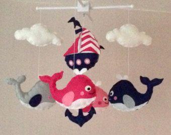 Mobile de lit bébé nautiques. Un cadeau idéal pour la crèche dun nouveau bébé ou pour la décoration des chambres dans une ancienne Chambre enfant.  Ce mobile se compose de quatre baleines (marine, Sarcelle, vert menthe clair et pale grey), deux étoiles de mer et deux coquillages. Les éléments sont suspendus avec un fil blanc dun bois naturel ou un cintre mobile en bois blanc.  Chaque élément est créé avec du feutre et entièrement cousu à la main. Les nuages et les étoiles sont légèrement…