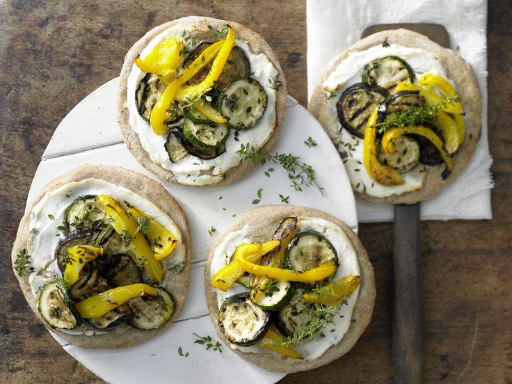 Dinkelpizza mit Antipasti - und Ricotta - smarter - Kalorien: 582 Kcal - Zeit: 35 Min.   eatsmarter.de