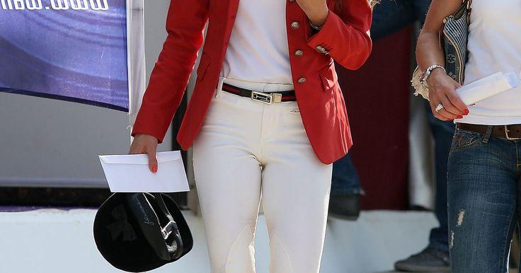 ¿Qué pantalones usar con botas de montar planas?. Las botas de montar pueden ser tramposas de combinar ya que no quieres lucir como que estás por saltar sobre el caballo y cabalgar hasta el atardecer. También quieres evitar lucir desproporcionada. Conocer el corte correcto de los pantalones o jeans que van con botas altas y planas es la clave. Un truco fácil para recordar es mantener los ...