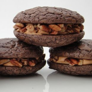 Turtle Brownie Whoopie Pies: The fantastic flavors of turtle candy (chocolate, caramel & pecans) meet a decadent brownie whoopie pie in this fun, trendy dessert!