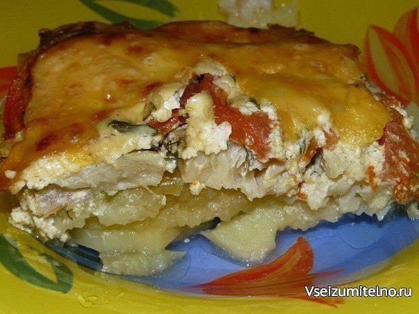 Запекаем РЫБУ - 5 рецептов   1. Обалденная вкусная запеканка картофельная с рыбкой  Получается изумительная хрустящая сырная корочка! И рыбка, и картошка в сливках со специями приобретают нежный пикантный вкус! Быстро, легко и вкусно! Рецепт для уютного семейного ужина, все будут довольны и сыты.  Ингредиенты:  - 5-6 картофеля - 500 г рыбы - 2 помидора - 1 большая луковица - сыр - зелень - сливки  Приготовление:  Многие соблюдают пост, поэтому сливки можно заменить рыбным бульоном. И тогда…
