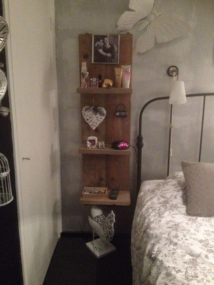 Wandplank ipv nachtkastje hoe cool