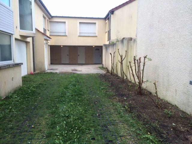 résidence vue d'ensemble - cours d'entrée de épinay avec parking individuelle au fond droite et gauche // TEXAS Bâtiment - texasbatiment@orange.fr - Tél 0622751527-0141810290