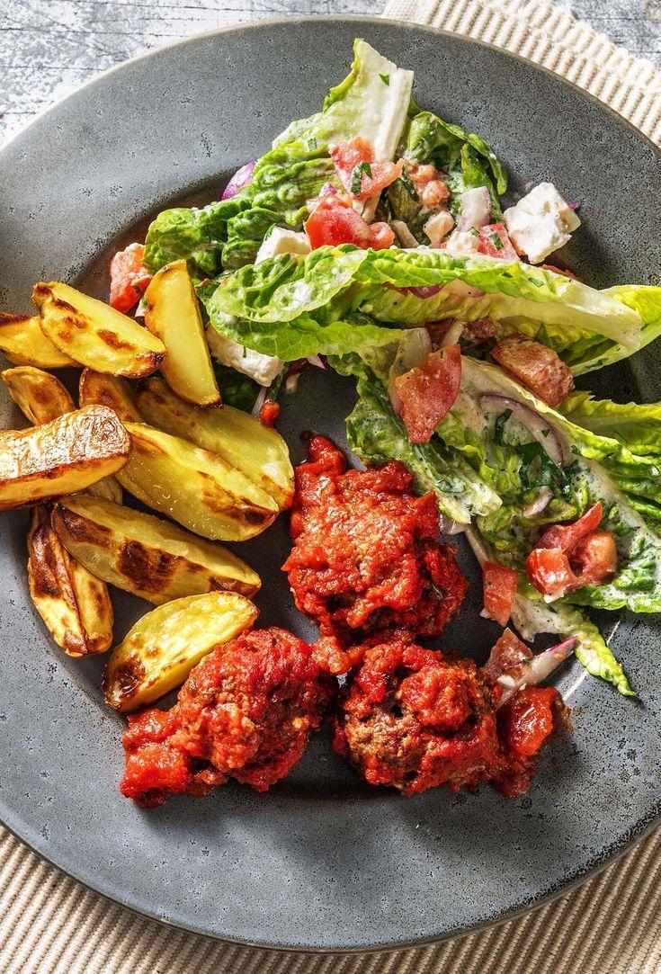 Bifteki! Almôndegas gregas com molho de tomate, fatias de batata e salada