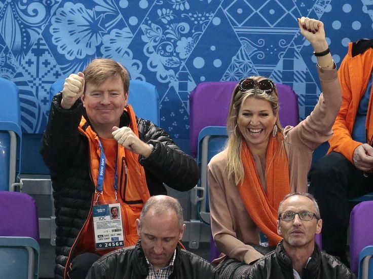O rei da Holanda, Willem-Alexander, e a rainha Máxima assistem à prova de patinação de velocidade no gelo dos Jogos Olímpicos de Inverno, em Sochi - http://epoca.globo.com/tempo/fotos/2014/02/fotos-do-dia-10-de-dezembro-de-2014.html (Foto: AP Photo/Ivan Sekretarev)