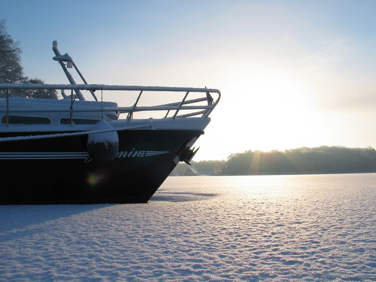 Hausboot im Eis an der #Müritz