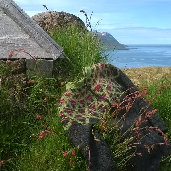 A beautiful Flétta lopi sweater with the colors of Icelandic plants  Knitting pattern: http://icelandicknitter.com/en/models/fletta/
