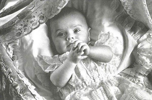 Estelle et sa robe de baptême