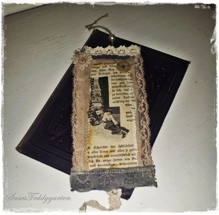 Lesezeichen genäht aus Stoff, alte Buchseite, verschiedenen Spitzen und Knöpfen.