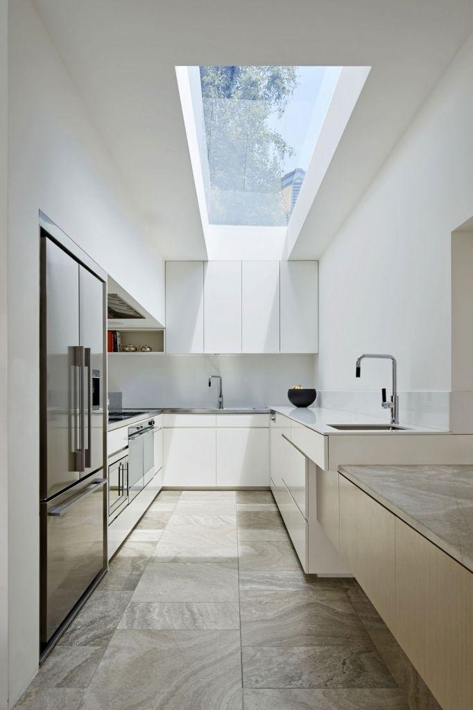 Moderne weiße Küche grifflos mit Glasdach. Bodenfliesen in Natursteinoptik im Multiformat. #Küche #Bodenfliesen #Natursteinfliesen