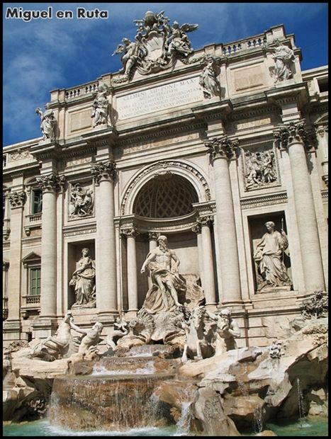 """Dicen de ella que es """"la fuente más bella del mundo"""",  sus aguas brotan en este rincón de Roma desde hace más de 2.000 años. Se cuentan leyendas sobre la fortuna, los amores y desamores que obligan al visitante, cada vez que se encuentra en la ciudad, a seguir la tradición de tirar tres monedas a la majestuosa Fontana di Trevi."""