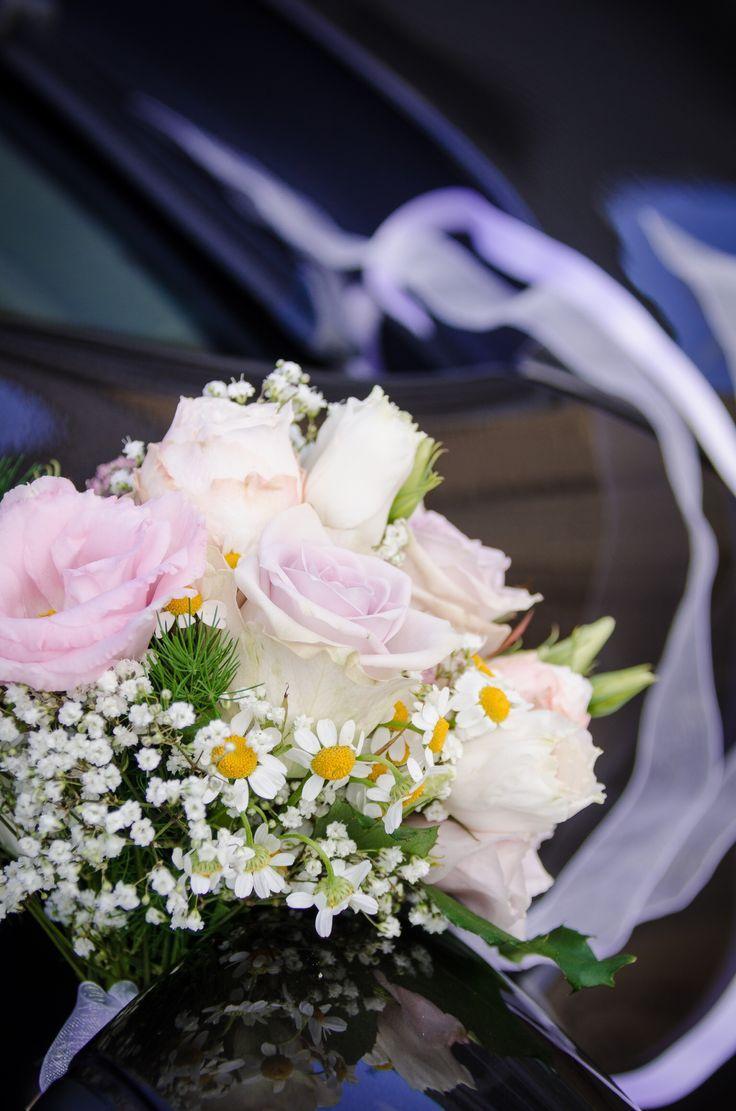 Autodekoration von den Wiesenblumen in der alten Rose und im Weiß. Ein wenig …   – Brautstrauß