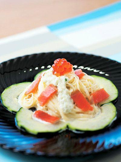 魚介に合うクリーミーなきゅうりのソース|『ELLE a table』はおしゃれで簡単なレシピが満載!