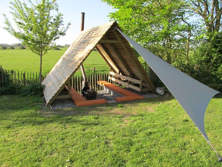 Een heerlijke ontmoetingsplaats met kampvuur en overkapping.