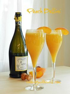 Peach Bellini | cookingwithcurls.com | #cocktail #peaches #prosecco