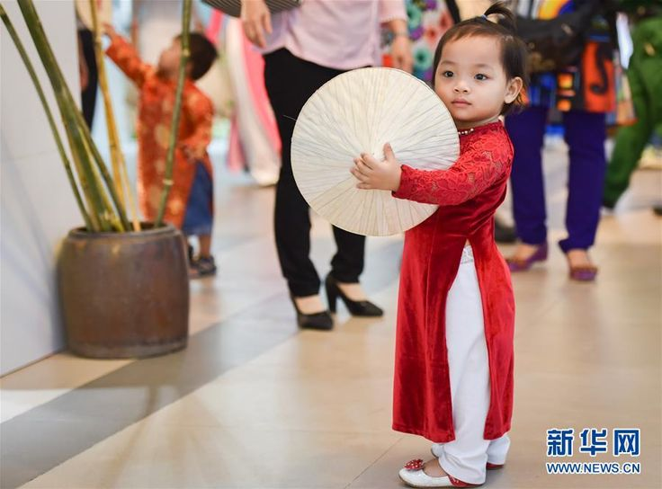 """越南举办奥黛文化节 模特穿""""国服""""走秀_网易新闻"""