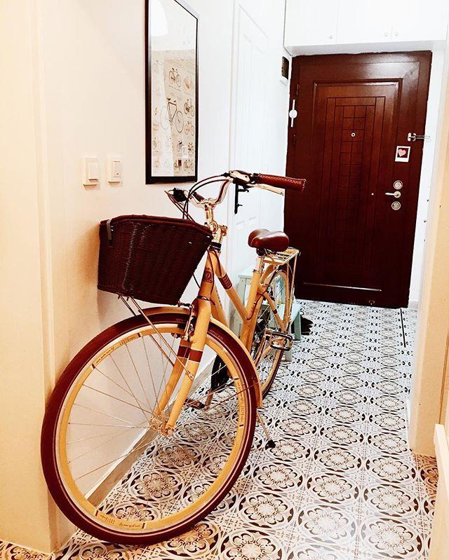 Ne zamandır bir koridorda, bir yatak odasında kendine yer bulamayan, evde yer olmadığı için bu eve ait olmadığını düşünmeye  başlayan bisikleti duvara asmak için doğru aparatı, sonunda bulduk. Hem depolama hem de güzel bir duvar dekoru olur dedik. Sizde bisikleti nereye depolayacağınızı bilemiyorsanız, bizim gibi duvara asabilirsiniz... 🚴 #tasarimcininevidekorasyonfikirleri #tasarimcininevi #evdekorasyonfikirleri