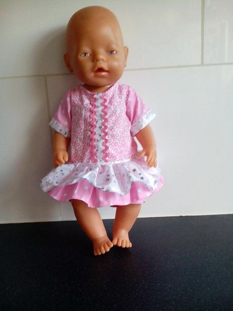 Zomerjurkje voor de 43cm poppen zoals de babyborn. Gemaakt door Helma's Poppenkleding