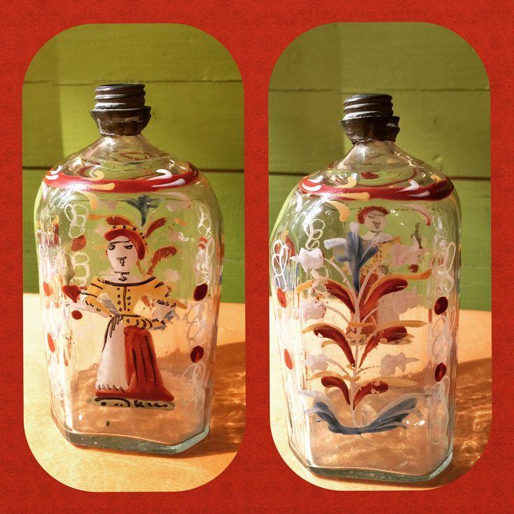 Antagelig en Stiegel flaske fra 1700 tallet, Også kalt brudeflaske.  Noen sier den er fra Nøstetangen, noen fra Tyskland