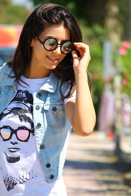 La Pomikaki E Una T-shirt A Specchio Per Il Mio Primo Giorno In Spiaggia ( Sunglasses & Denim Jackets )