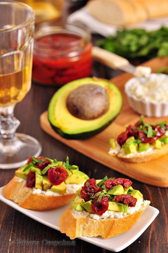 Убойная закуска к белому вину! И даже без вина отлично!) Сочетание авокадо, вяленые томаты, сыр и хрустящий багет - просто песня!) Что нужно: Багет (итальянский хлеб)-…