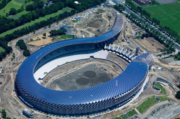 World Games Stadium  Das World Games Stadium im taiwanesischen Kaohsiung ist das Heimspielstadion der Nationalelf Taiwans und und sieht von oben aus wie eine Schlange. Doch das ist nicht einmal das spektakulärste, denn dieser Bau ist eine wahres Ökowunder. Auf dem Dach des Stadions befinden sich 8.844 Solarmodule, die pro Jahr 1,14 Millionen Kilowattstunden Elektrizität erzeugen, zudem sind alle verbauten Rohmaterialien recyclebar und wurden ausschließlich in Taiwan hergestellt. Damit ist es…