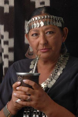 HOMENEJE AL VIENTRE DE LA TIEERA:LA MUJER MAPUCHE : Cuentan que una ves callo del cielo(Wuenumapu),una espada de oro,un rayo tan fuerte que evaporo una laguna...la luna alma femenina de la naturaleza,enfrio el ardor del universo,para cuidar el veintre de la tierra. A todas las mujeres Mapuche,de toda edad,mis mas sinceros respetos y agradecimientos,por alumbrarnos el camino,proteger y desarrollar lo germinado...por enseñarnos permanentemente a cuidar el vientre de la tierra-Territorio. ...
