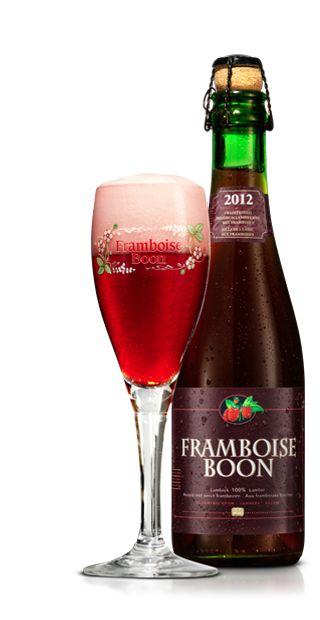 Framboise BOON / Frambozenlambiek was vroeger een zeldzaamheid en werd slechts enkele weken in de zomer geproduceerd. Brouwerij Frank Boon was de eerste om, in de zomer van 1976, opnieuw een frambozenlambiek te bereiden. Meer dan 300 gram verse frambozen per liter lambiek geven Framboise Boon zijn frisse, fruitige smaak. De jonge lambiek ondersteunt de smaak van de frambozen, maar het is niet de lambiek die domineert, wél de frambozen. Het zijn de echte frambozen die zorgen voor de rijke…