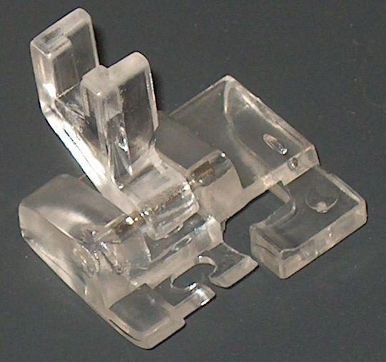 Prensatelas para Curvas Fabricado íntegramente en plástico transparente, se usa para realizar directamente costuras en forma curva sin necesidad de usar alfileres ni hilvanado previo. Es uno de los Prensatelas más deseados por los Quilters.