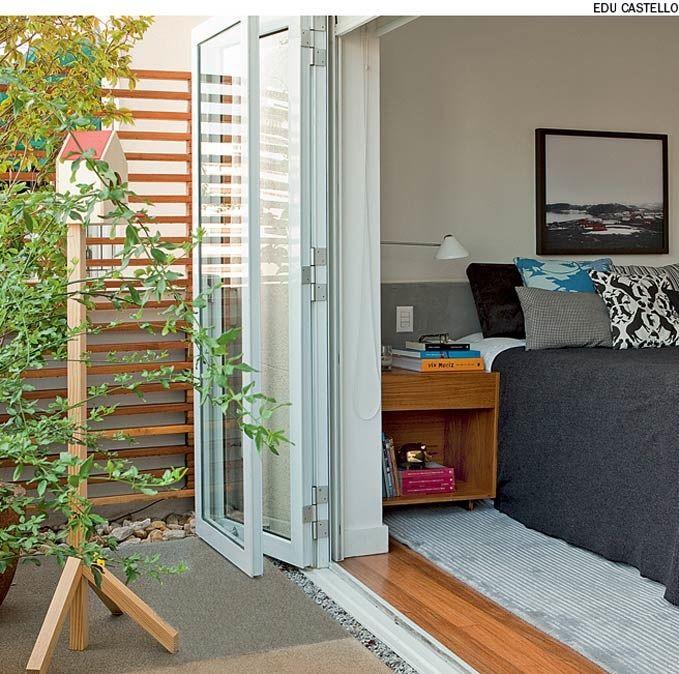 A porta camarão, com um ou mais painéis de vidro em esquadrias de alumínio, é bastante funcional para abrir totalmente o vão de ambientes, como este quarto do apartamento reformado pelo escritório SAO Arquitetura.