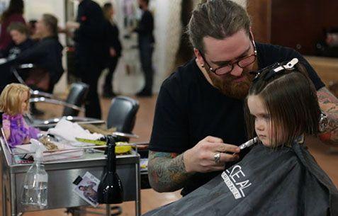 Η Emily κόβει τα μαλλιά της για τα καρκινοπαθή παιδιά (video)