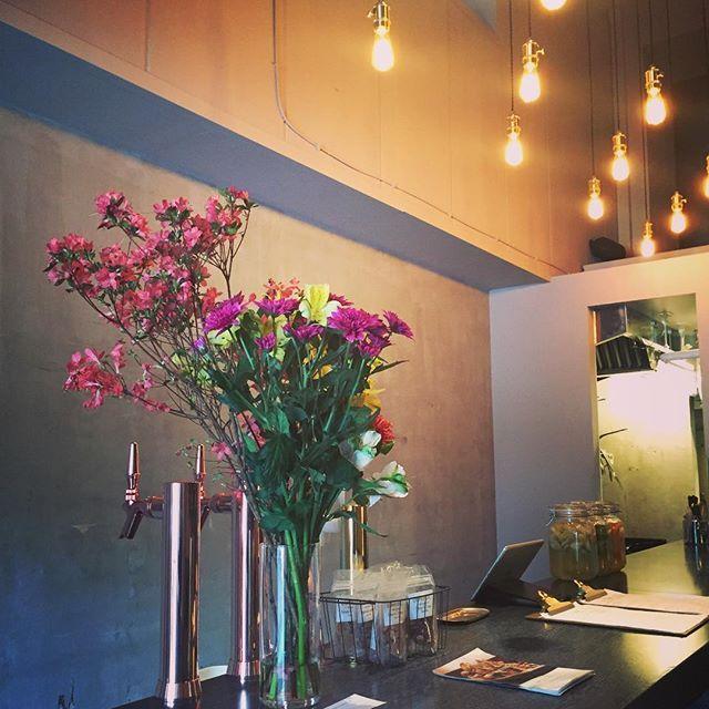 :  こんにちは。  ・  昨晩は友人から開店祝いという事で素敵なお花を頂戴しました。2人ともありがとう!!  ・  モノトーンの店内に彩りを加えてくれます💐  ・  本日も17:00からオープンです!!  ・  皆様のご来店お待ちしております🍻  ⁑    #flowers #thanks #happy #thebridge #bridge #bar #lounge #kuramae #asakusabashi #asakusa #tokyo #ny #nyc #beer #craftbeer #brooklynlager #wine #sake #蔵前 #浅草橋 #浅草 #スタンディングバー #立ち飲み #クラフトビール #ブルックリンラガー #ワイン #日本酒