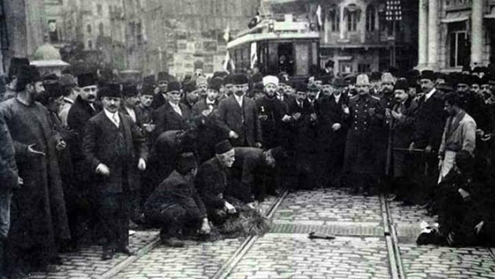1914_ilk_elektrikli_tramvay_galata_köprüsü.jpg İstanbul'da elektrik üretimi başlaması ile ilk elektrikli tramvay hizmete girer (1914 – Galata Köprüsü)