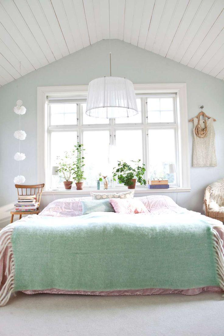 """Sovrummet på ovanvåningen har tak upp till nock och ett underbart ljusinsläpp tack vare det stora, spröjsade fönstret. Nils är händig och har i stort sett renoverat hela huset. """"Vi har också haft stor hjälp av min pappa"""", berättar Susann. Färg och form har alltid varit ett stort intresse för båda och sedan en lång tid tillbaka designar de också möbler. Eftersom Carolines bror Christian Berglund är möbelsnickare bestämde de båda kompisarna sig för att starta ett gemensamt företag."""