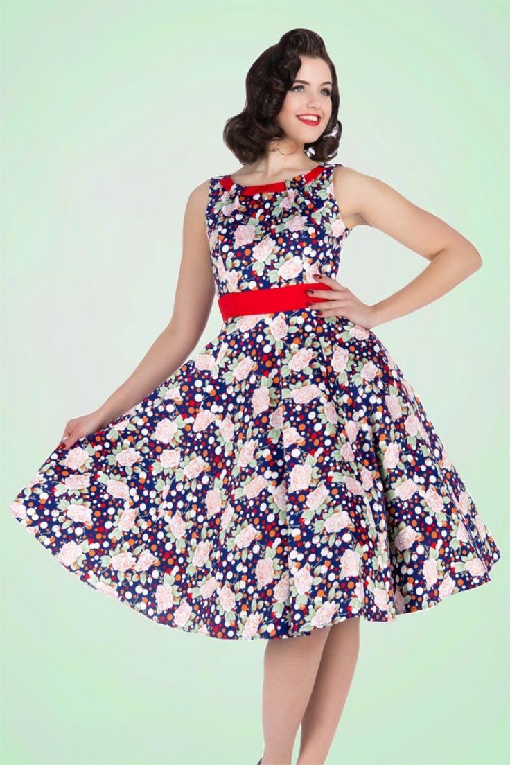 Onopgemerkt blijven is geen optie met deze 50s Connie Floral Swing Dress!Een waar prachtexemplaar door haar opvallende, kleurrijke print van roosjes en polkadots en haar eyecatching halslijn. Uitgevoerd in een licht stretchy, donkerblauwe katoenmix voor een comfortabele pasvorm en super flatterend dankzij haar swing rok. Het zonnetje komt eraan, dus zorg ervoor dat Connie in jouw kast hangt!   Boothals met uitsparing Blinde rits zijkant Te combineren met een petticoat voor een extra fee...