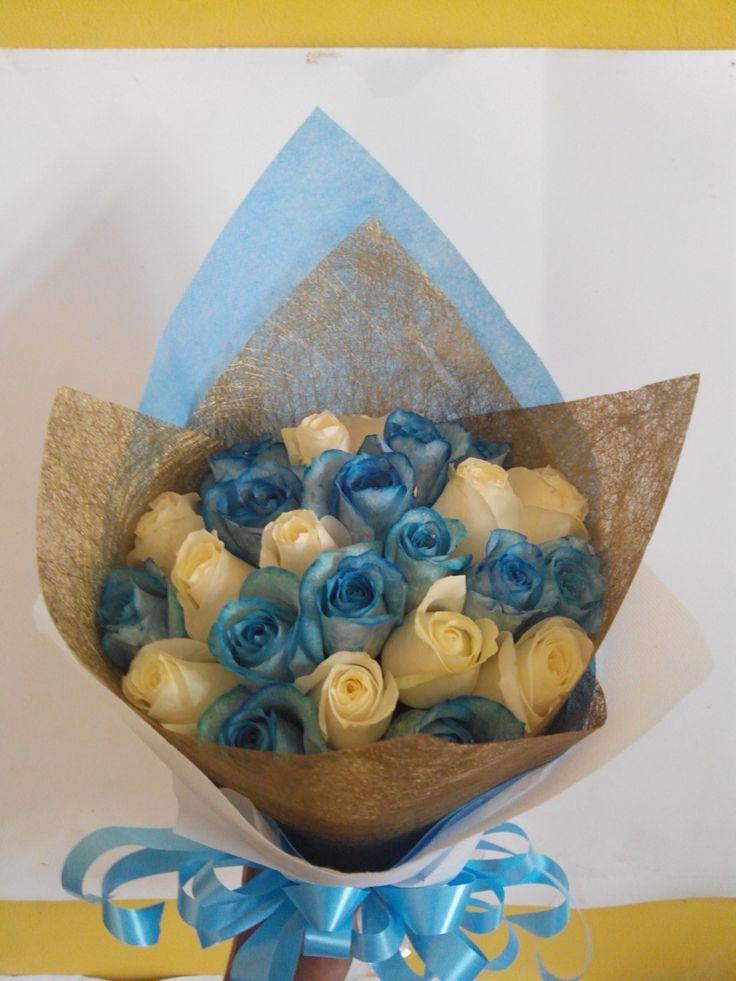 Simple biru dan putih bouquet mawar
