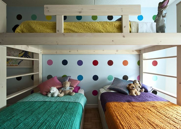 Quarto de criança com beliche e três camas. Roupa de cama Marrom e verde, parede com bolinhas. Inspirações e Dicas de Decoração para Quarto de Irmãos