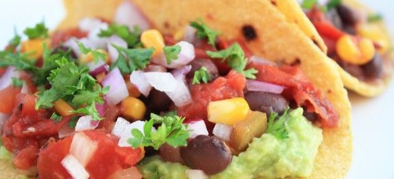 Taco's met Knapperige reepjes ijsbergsla, wat verse koriander en een klodder kwark.  Een heerlijk Vastendieet recept voor je volgende diner tijdens een vastendag: Taco's! 275 calorieën per persoon, recept is voor 1 persoon!. En het is in 10 minuten klaar!
