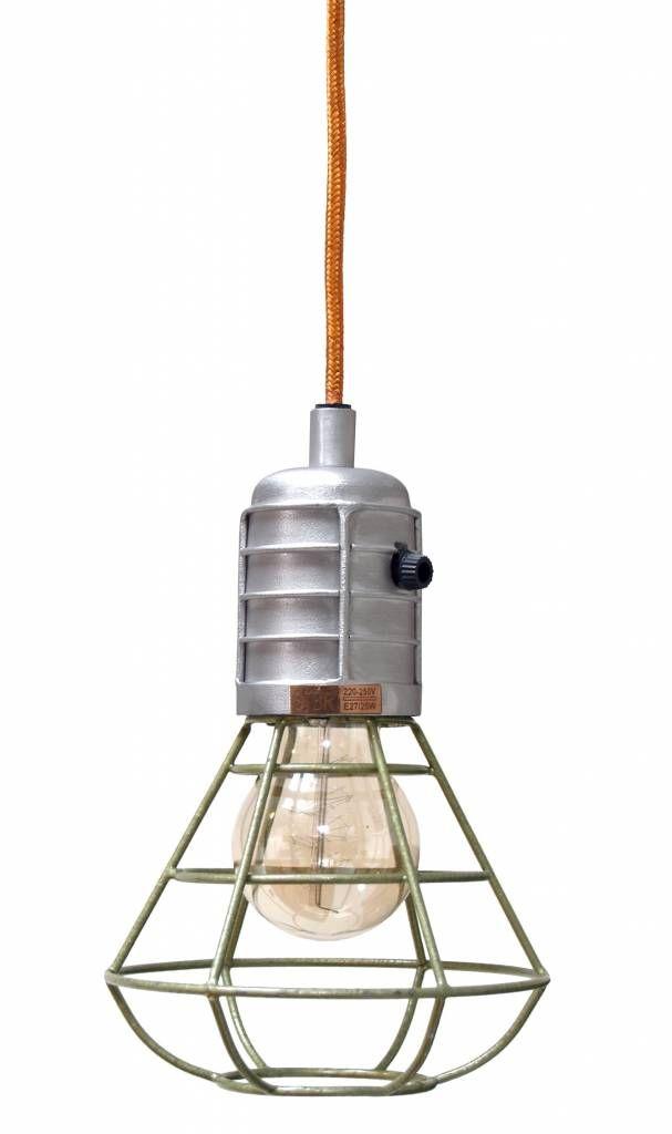 Derbe Minenlampe aus Metall und Aluminium mit mattgrünem Hammerschlaglack. Ausgestattet mit orangefarbenem Kabel von 120cm und grüner Deckenblende aus Metall.