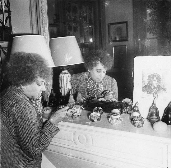 Colette devant sa célèbre collection de sulfures